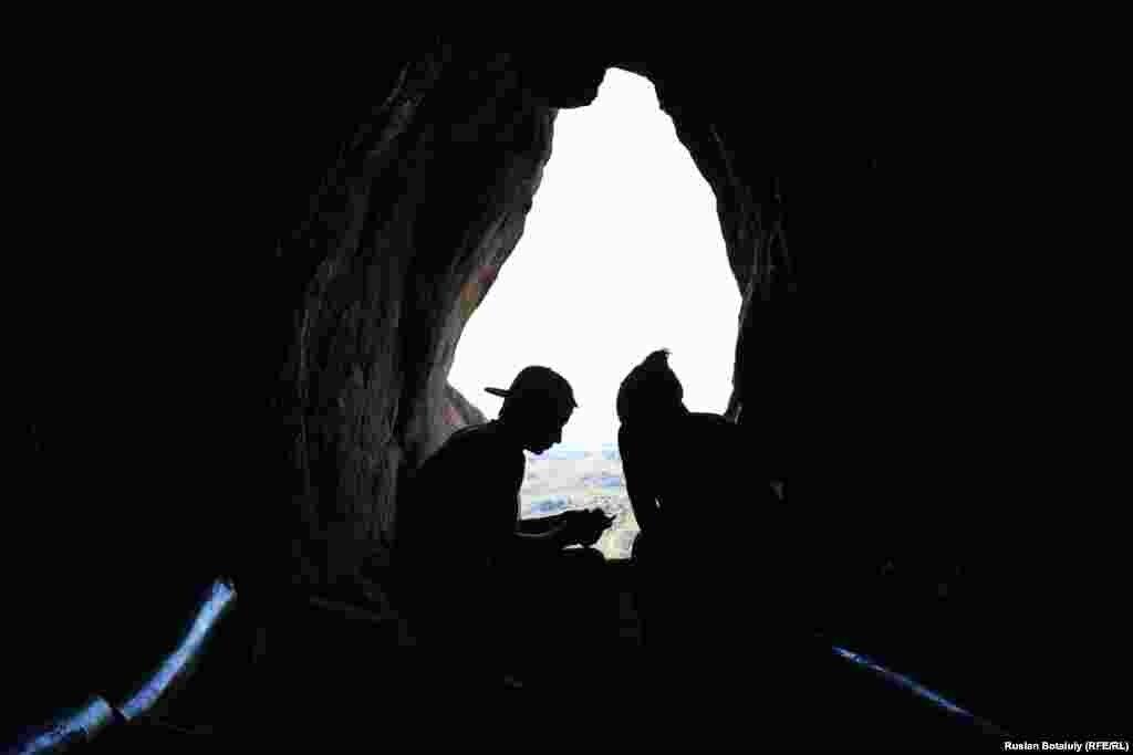 Одно из посещаемых туристами мест в Баянаульском национальном парке - пещера Коныр-аулие. Многие приезжают сюда, чтобы загадать желание. По местному поверью, оно обязательно сбудется.
