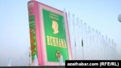 """""""Ruhnama"""" ýadygärligi, Aşgabat, 14-nji awgust, 2011."""