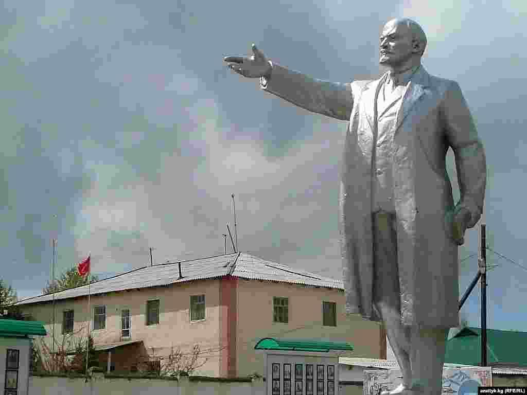 Талас. Раньше памятник Ленину находился в центре Таласа. Затем в 2000-ые годы его перенесли к местному Дому культуры. Архивное фото