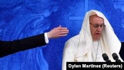 Папа Франциск при сильном ветре выступает перед верующими в Ирландии