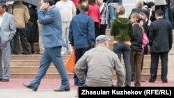 Қарағанды облысы музейі ғимараты алдындағы адамдар. (Көрнекі сурет)