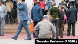 Люди у здания музея в Карагандинской области. Иллюстративное фото.
