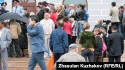 Қарағанды облысындағы музей алдында отырған мүмкіндігі шектеулі адам. (Көрнекі сурет)
