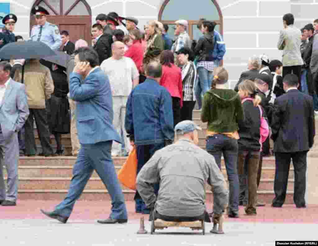 Желающие попасть в музей памяти жертв политических репрессий. Поселок Долинка Карагандинской области, 31 мая 2011 года. - Желающие попасть в музей памяти жертв политических репрессий. Поселок Долинка Карагандинской области, 31 мая 2011 года.