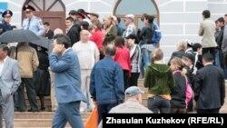 Человек с ограниченными возможностями у здания музея в Карагандинской области. Иллюстративное фото.