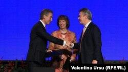 После парафирования Соглашения об ассоциации с ЕС, в Вильнюсе, Литва, премьер-министр Юрий Лянкэ, глава дипломатии ЕС, Кэтрин Эштон, и еврокомиссар по торговли, Карел де Гухт