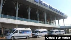 Шаттл-басы «Аэроэкспресс» у аэропорта Бишкека Манас.