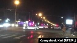 Полицейские автомобили на перекрытой улице Толе-би. Алматы, 11 июня 2019 года.