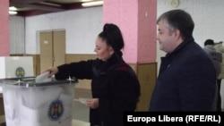Парламент сайлауына дауыс беріп жатқан Молдова азаматтары. 30 қараша 2014 жыл.