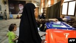 Իրանցի կինը քվեարկում է Թեհրանի ընտրատեղամասերից մեկում, 14-ը հունիսի, 2013թ.