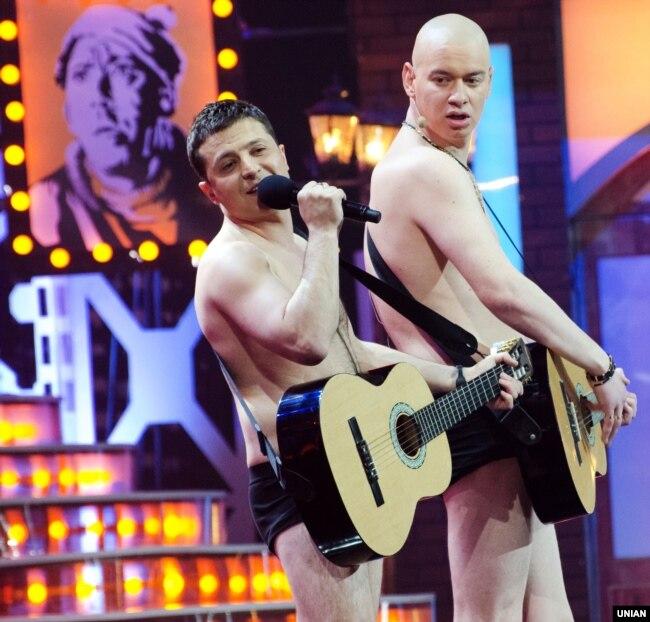 Актори «Студії Квартал-95» Володимир Зеленський (праворуч) і Євген Кошовий під час зйомок програми шоу «Вечірній Квартал». Київ, 4 квітня 2014 року