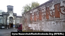 Барельєф «борців за владу рад», Одеса. Крайній праворуч на барельєфі – Павло Мізікевич