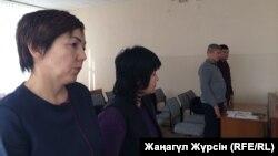 Директор школы № 8 города Актобе Айсулу Жаксыбаева (слева) в суде. Актобе, 30 января 2018 года.