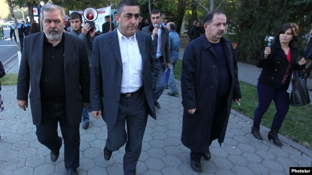 Armenia - Armen Rustamian (C) and other leaders of the Armenian Revolutionary Federation lead a demonstration in Yerevan, 29Oct2013.