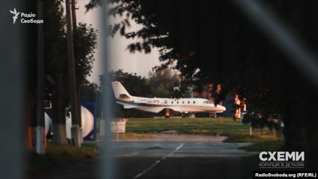 Літак з бортовим номером YU-SPB сідає на летовищі Борисполя