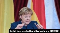 Меркель закликала сторони до діалогу