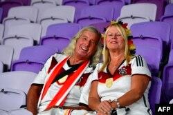 دو آلمانی خوشحال که از سطح بالای بازیهای جام ملتهای آسیای کش آمدهاند.