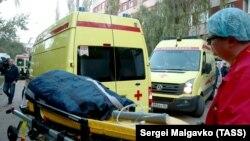 Автомобили скорой помощи у здания керченской больницы после нападения в Керченском политехническом колледже. 17 октября 2018 года.
