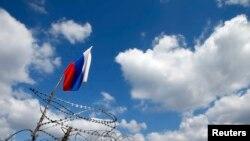 Ուկրաինա - Ռուսաստանի դրոշը Դոնեցկի բարիկադների վրա՝ պատված փշալարերով, 15-ը ապրիլի, 2014թ․