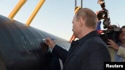 Президент России Владимир Путин на месте открытия участка нефтепровода. Ус Хатын, 1 сентября 2014 года.