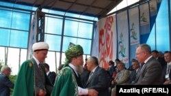 Әлбир Крганов (с), Тәлгать Таҗетдин Шыгырдан Сабантуена килгән кунаклар белән күрешә. 20 июнь 2011
