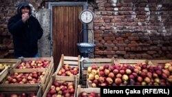 Shitës mollash në tregun e Vushtrrisë