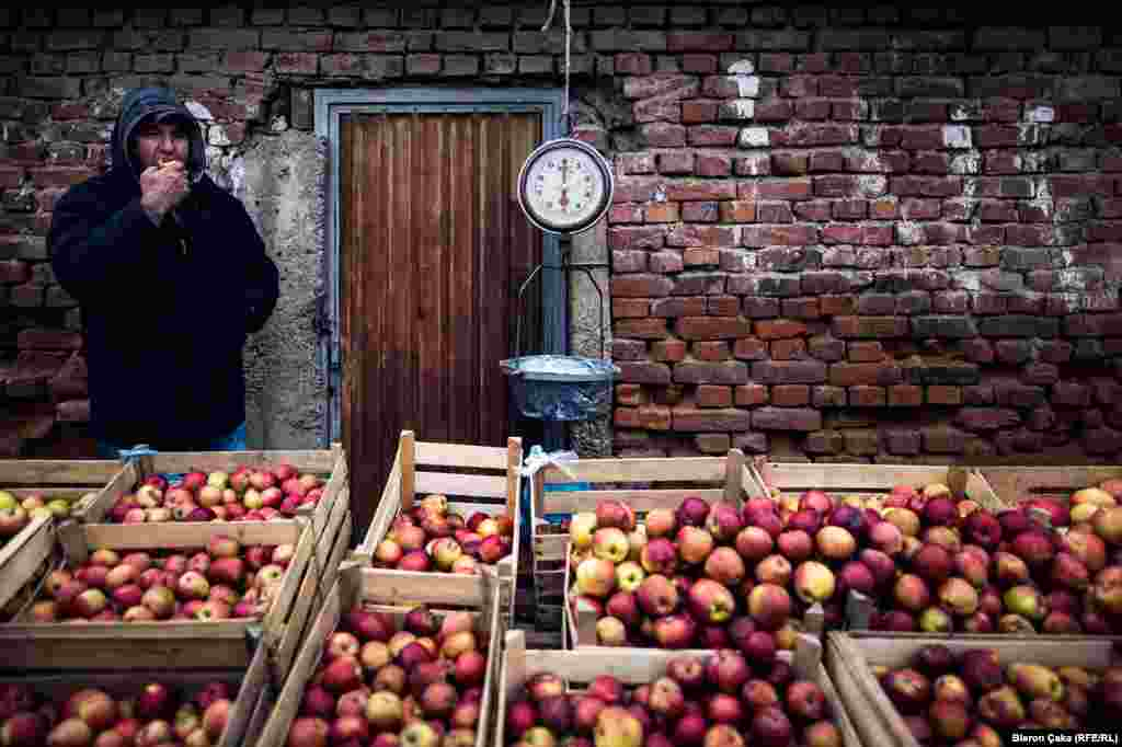 Продавец фруктов на рынке в городе Вучитрн (Photo by Bleron Çaka)