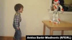 Аутизммен ауыратын хорватиялық төрт жасар Лука досымен - Рене есімді роботпен сөйлесіп тұр. Загреб, 13 қаңтар 2014 жыл. (Көрнекі сурет)