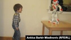 Хорватский мальчик, страдающий расстройством аутистического спектра (РАС), играет со специальным роботом, который используется для улучшения диагностики и оценки больных детей.