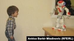 Мальчик Лука, у которого диагностировали расстройство аутистического спектра, и его робот Лука. Загреб, 13 января 2014 года.