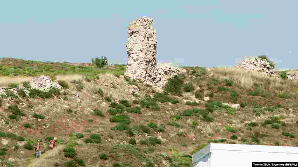 Крутими кам'янистими стежками севастопольські пенсіонерки піднімаються з пляжу повз стародавні руїни