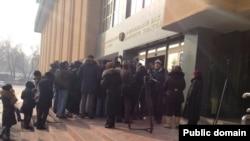 На акции протеста у Нацбанка. Алматы, 12 февраля 2014 года.