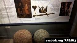 Рэгаліі з магілы Казіміра Ягелёнчыка: скіпэтар, захаваная частка, і карона, зробленыя ў Горадні ў 1492 годзе, і меч, выраблены ў Польшчы