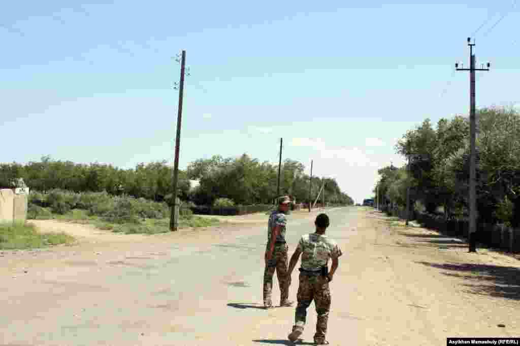 Көмекбаев ауылында жүрген шекарашылар. Қызылорда облысы.