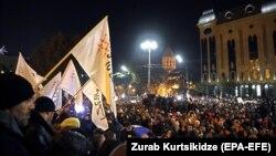 Грузия. Сиёсий мухолифат тарафдорларининг парламент биноси олдидаги норозилик митинги. 2019, 25 ноябрь.