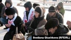 Астаналық белсенділер екі жыл бұрын Жаңаөзен мен Шетпеде құрбан болғандарға құран бағышап отыр. Астана, 14 желтоқсан 2013 жыл.