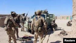 Pjesëtarë të forcave të sigurisë së Afganistanit në periferi të qytetit Lashkar Gah