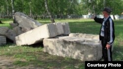 Житель села Боровое показывает бетонные плиты, выгруженные в березовой роще. Акмолинская область, 25 мая 2012 года.