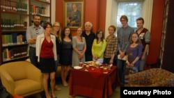 Учасники школи 2012-го року в бібліотеці Українського наукового інституту Гарвардського університету (фото Юлії Банкової)