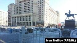 На Манежной площади утром перед народным сходом начались ремонтные работы