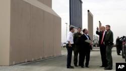 رئیسجمهوری در حال بازدید از طرحهای پیشساخته حصار و دیوار برای مرز جنوبی آمریکا