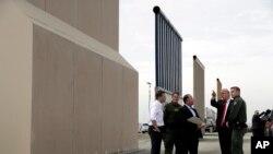 آرشیف، دونالد ترمپ رئیس جمهور امریکا در سرحد این کشور با مکسیکو