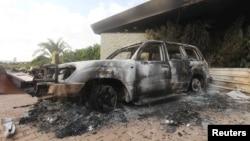 Сгоревшая машина у здания консульства США в Бенгази, на которое было совершено вооруженное нападение. 12 сентября 2012 года.
