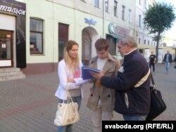 Збор подпісаў на вуліцы Ленінскай супраць базаў. За дваццаць хвілінаў было сабрана 50 подпісаў