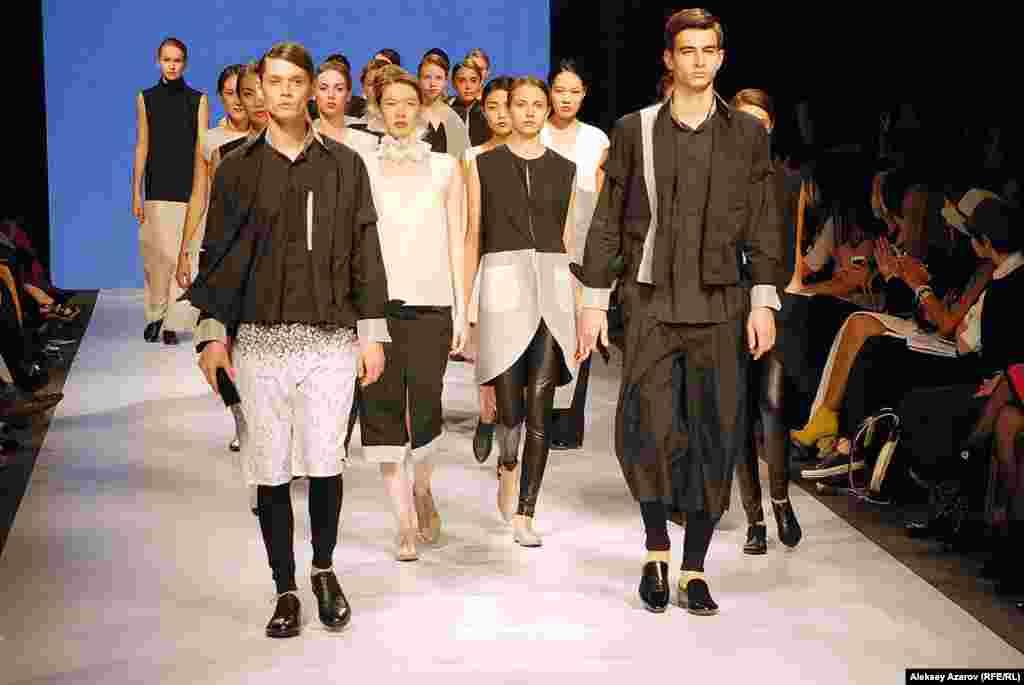Дизайнер Алексей Чжен, чья коллекция представлена на этом фото, считается одним из столпов KFW. Онлайн-издание KFW «Kаzakhstan Fashion Report» сравнивает его с самураем, стоящим на страже казахстанской моды.