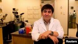 Орегон университетінің приматтарды зерттеу орталығының ғылыми қызметкері Шухрат Миталипов. АҚШ, 13 мамыр, 2013 жыл
