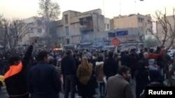 Өкмөткө каршы нааразылык жыйындарынан бир көрүнүш. Тегеран. 30-декабрь, 2017-жыл.