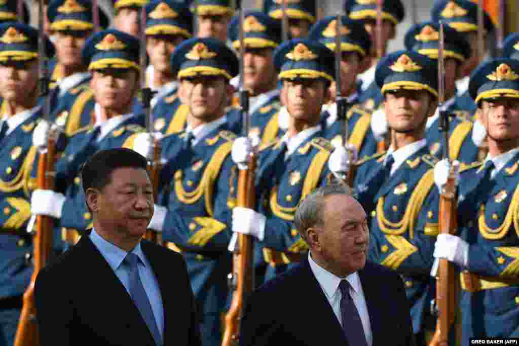 """Назарбаев Си Цзиньпинді Компартия төрағасы болып қайта сайлануымен құттықтап,""""Қытай арманын"""" жүзеге асыру ісінде Компартия рөлінің артқанын айтты."""