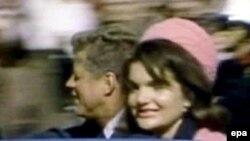 تحقيقات رسمی در مورد ترور رييس جمهوری آمريکا در سال های دهه ۶۰ ميلادی به اين نتيجه رسيد که فقط دو گلوله به سوی «جان اف کندی» شليک شده است.