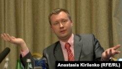 Гейлердің құқығын қорғаушы белседі Николай Алексеев Мәскеудегі баспасөз мәслихатында. 27 мамыр 2011 жыл.